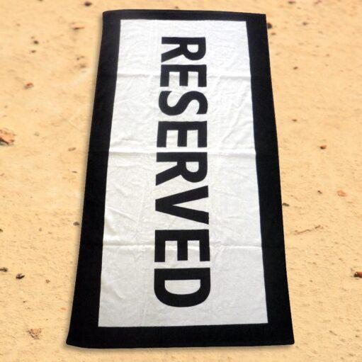 Uitgelegde handdoek op het strand